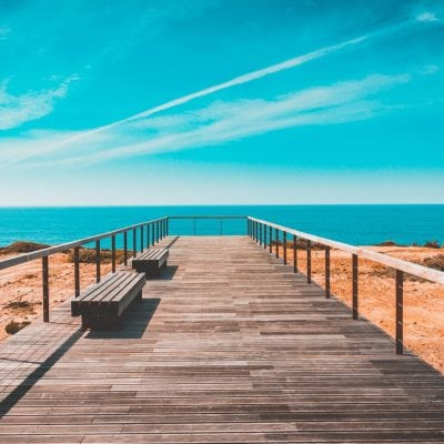 beach bench boardwalk 462024 400x400 - Nida's si prende una vacanza!